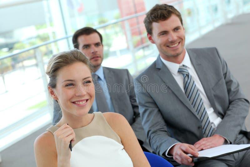 Grupp av affärsfolk i möte arkivbild