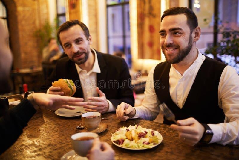 Grupp av affärsfolk i restaurang royaltyfri foto