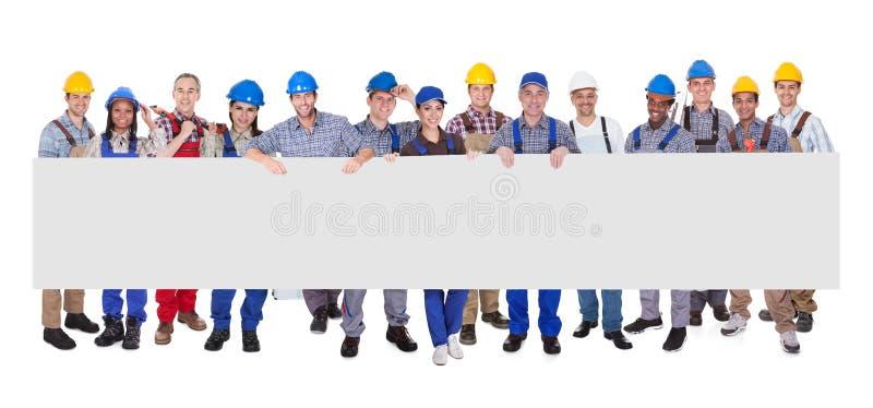 Grupp av affärsfolk med ett tomt baner arkivbild