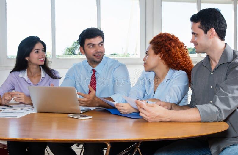 Grupp av affärsfolk och programvarubärare på arbete arkivfoton