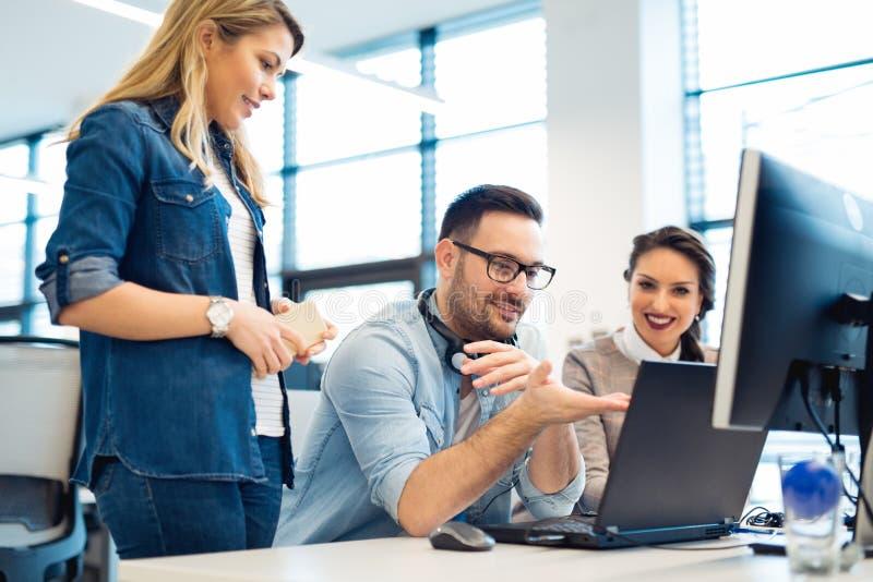 Grupp av affärsfolk och programvarubärare som i regeringsställning arbetar som ett lag royaltyfria bilder