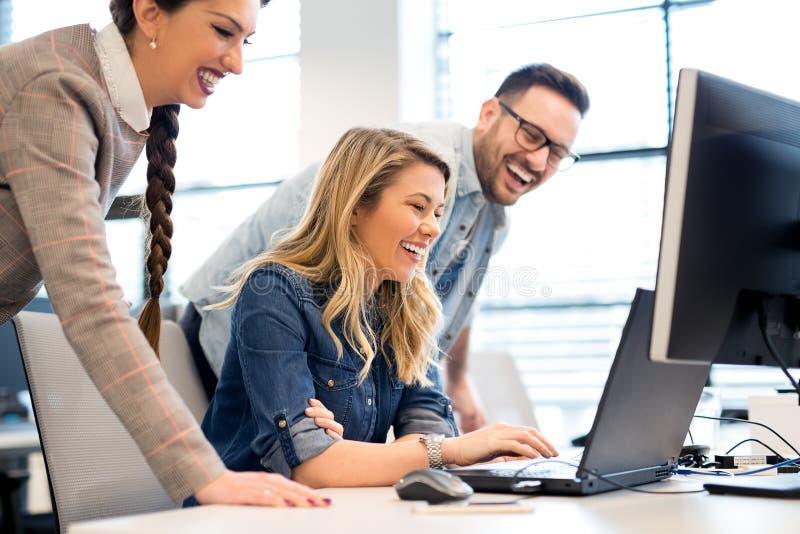 Grupp av affärsfolk och programvarubärare som i regeringsställning arbetar som ett lag royaltyfri bild