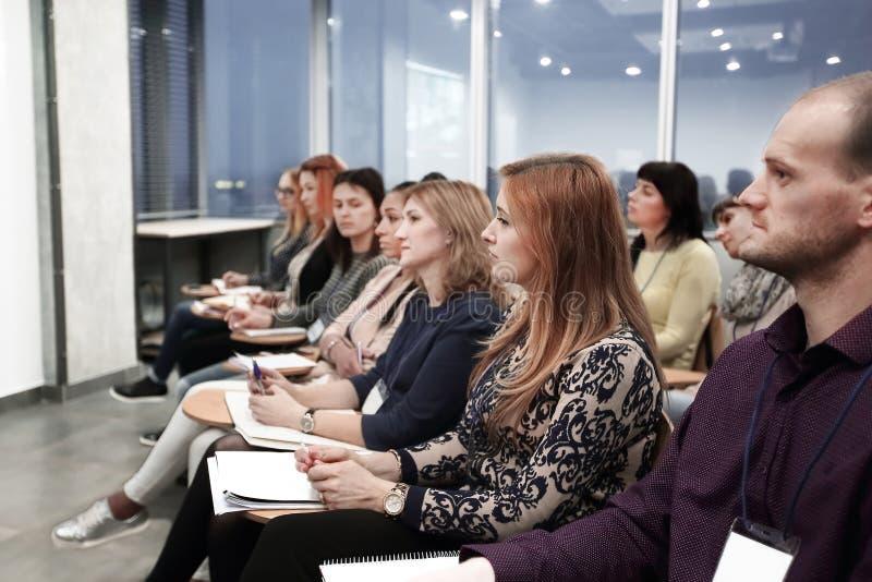 Grupp av affärsfolk på ett seminarium i det moderna kontoret royaltyfri foto