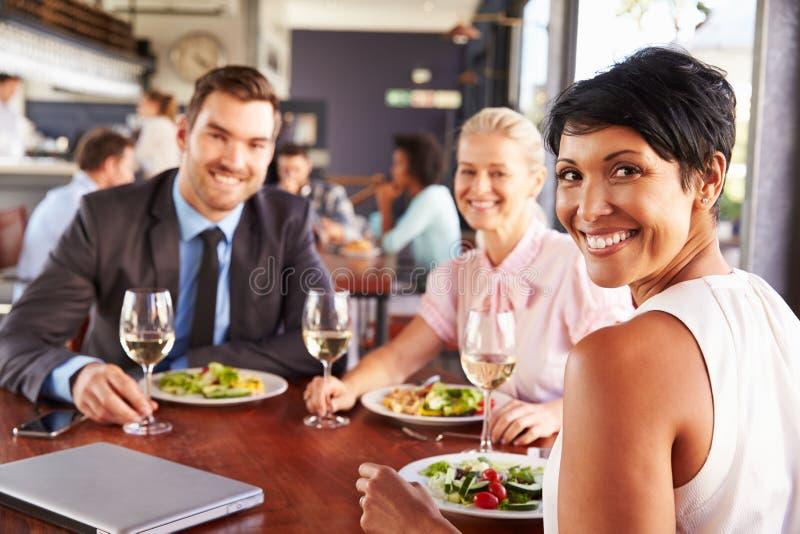 Grupp av affärsfolk på lunch i en restaurang royaltyfri foto