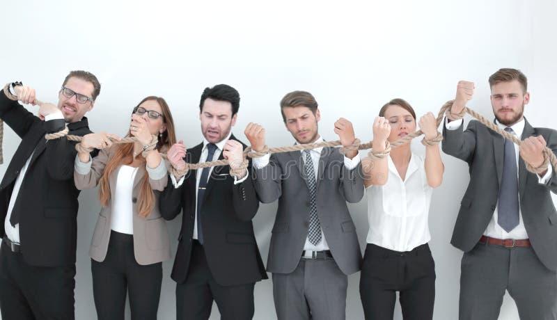 Grupp av affärsfolk som bryter ett starkt rep royaltyfri foto