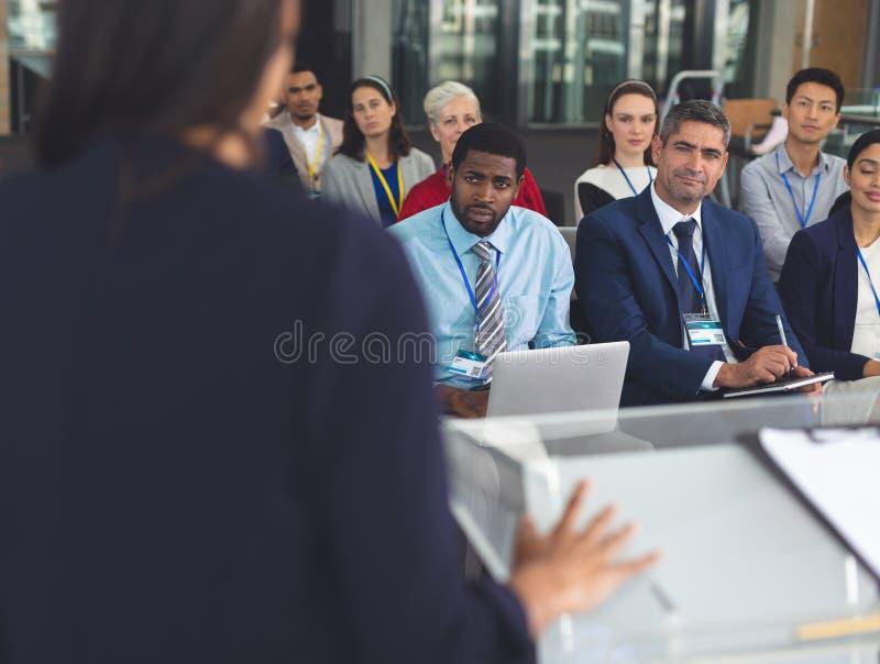 Grupp av affärsfolk som deltar i ett seminarium royaltyfria foton