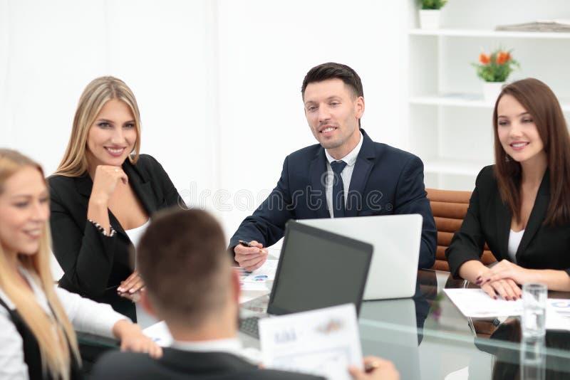 Grupp av affärsfolk som diskuterar ett nytt finansiellt projekt royaltyfria bilder