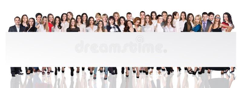 Grupp av affärsfolk som framlägger det tomma banret arkivfoto