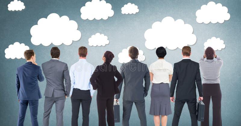Grupp av affärsfolk som framme står av molndiagram royaltyfria foton
