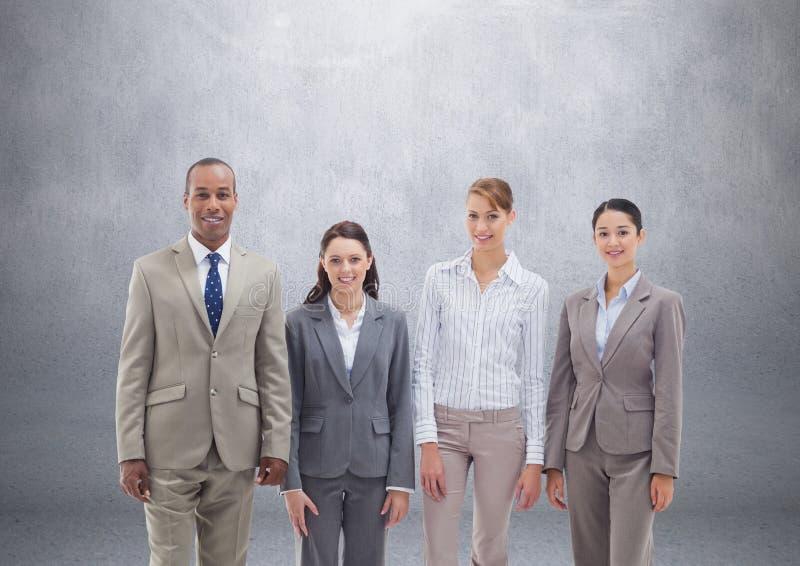 Grupp av affärsfolk som framme står av tom grå bakgrund royaltyfri illustrationer
