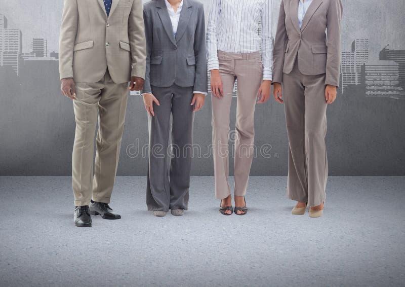 Grupp av affärsfolk som framme står av tom grå bakgrund med cityscape stock illustrationer