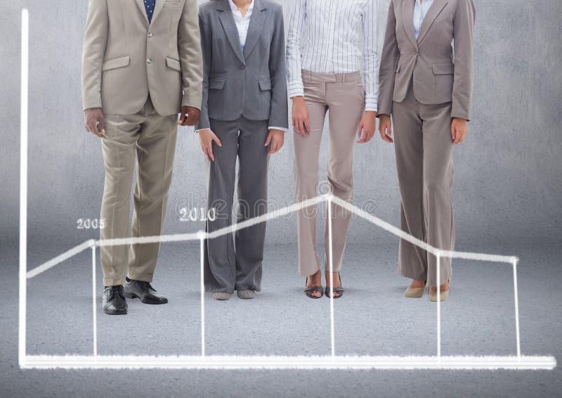 Grupp av affärsfolk som framme står av tom grå bakgrund med statistikdiagrammet royaltyfri illustrationer