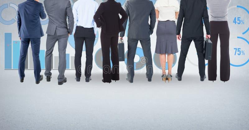 Grupp av affärsfolk som framme står av statistikkapacitetsdiagram royaltyfria bilder