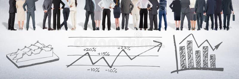 Grupp av affärsfolk som framme står av teckningar för statistikkapacitetsdiagram arkivbilder
