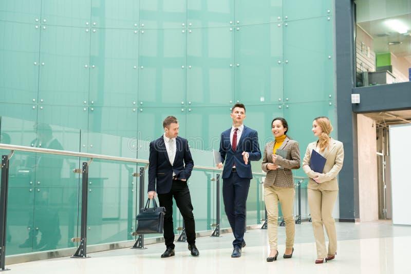 Grupp av affärsfolk som går från kontor royaltyfri foto