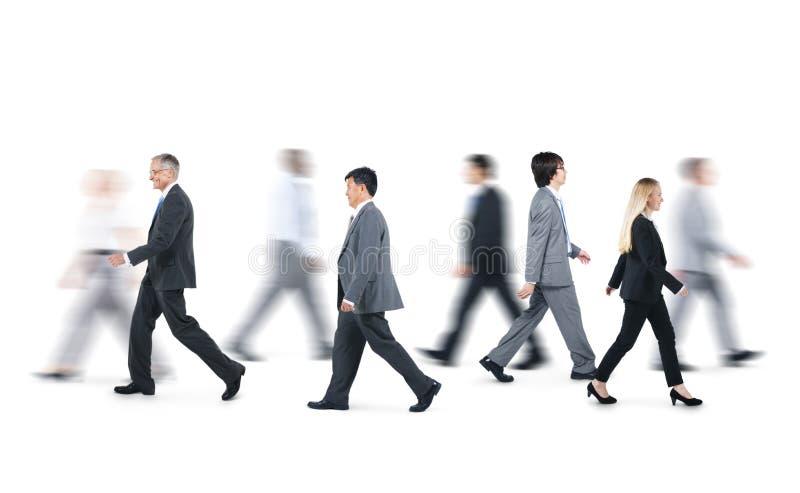 Grupp av affärsfolk som går i olika riktningar royaltyfri bild