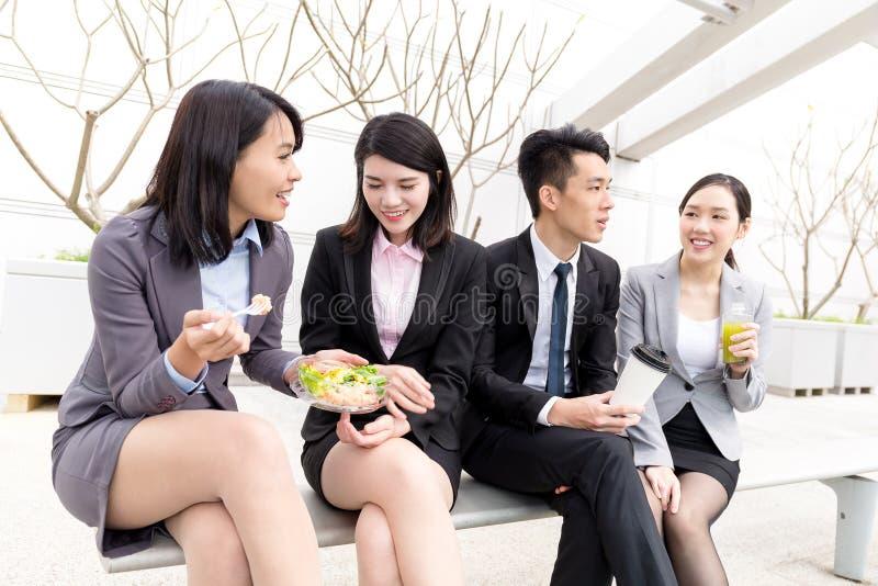 Grupp av affärsfolk som har lunch tillsammans royaltyfri bild