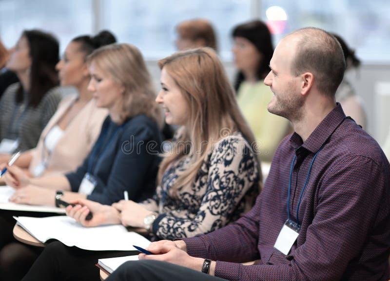 Grupp av affärsfolk som lyssnar för att föreläsa på affärsseminariet arkivfoton