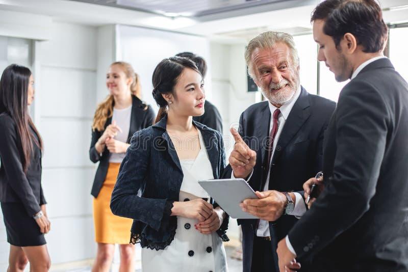 Grupp av affärsfolk som möter arbetande begrepp för diskussion i mötesrum arkivfoton