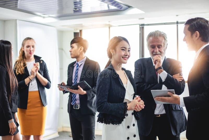 Grupp av affärsfolk som möter arbetande begrepp för diskussion i mötesrum arkivbilder