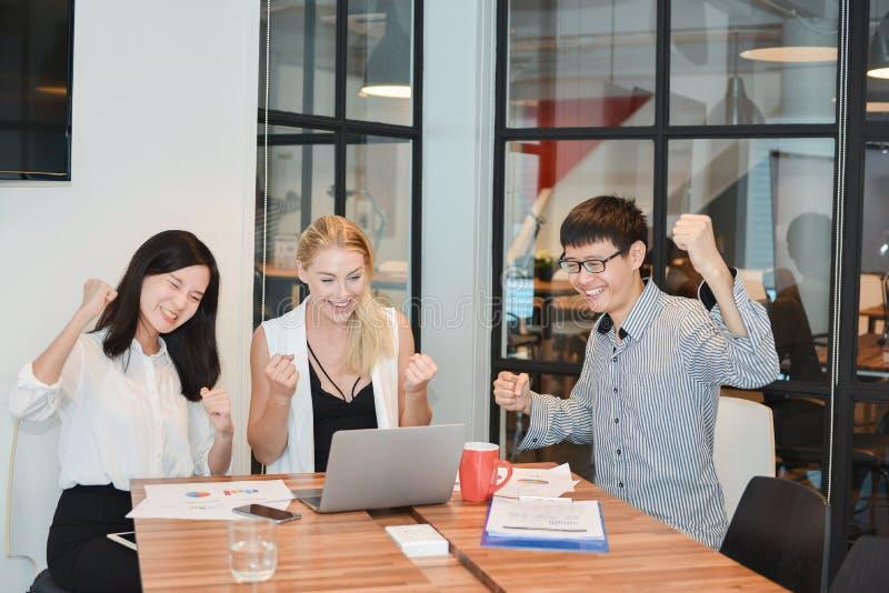 Grupp av affärsfolk som möter i en mötesrum som delar thei royaltyfri fotografi
