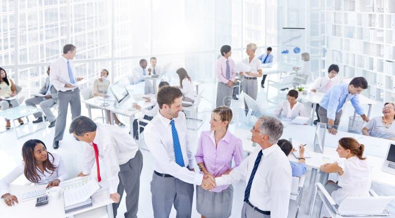 Grupp av affärsfolk som möter i kontoret royaltyfria foton