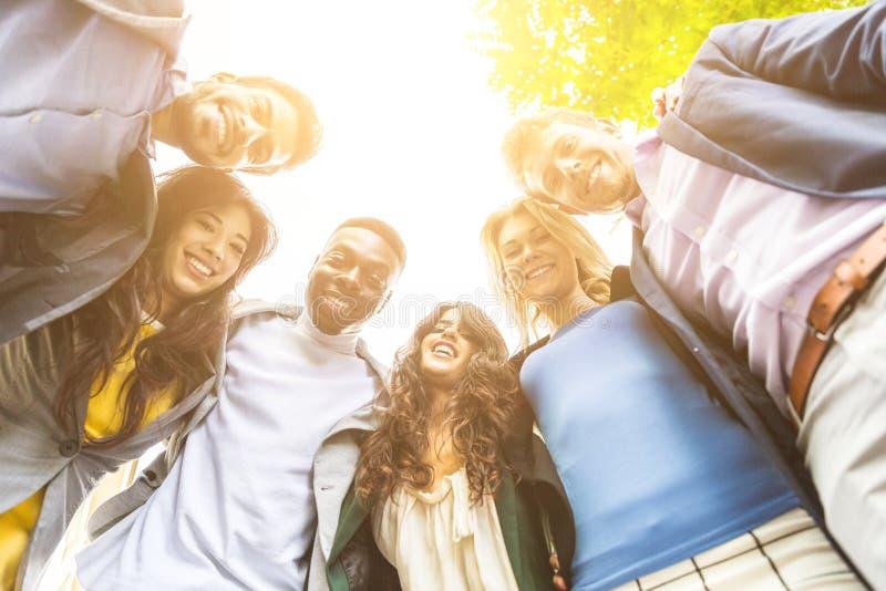 Grupp av affärsfolk som omfamnas i en cirkel royaltyfri foto