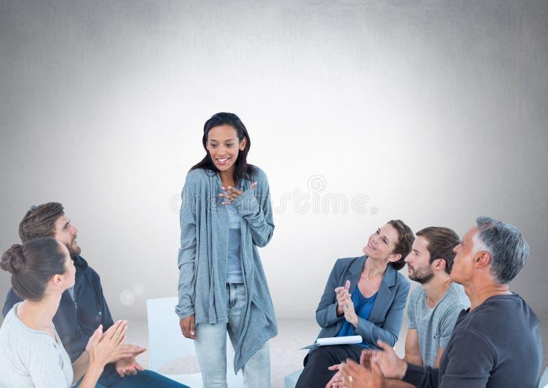 Grupp av affärsfolk som sitter i cirkeln som framme möter av tom grå bakgrund stock illustrationer