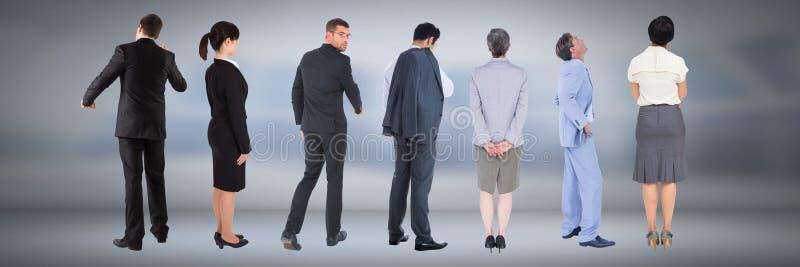 Grupp av affärsfolk som står med lynnig bakgrund royaltyfri fotografi