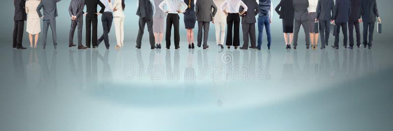 Grupp av affärsfolk som står på reflekterande yttersida royaltyfri bild