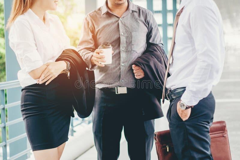 Grupp av affärsfolk som talar i utvändig kontorsbyggnadafte arkivfoton
