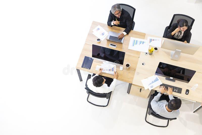 Grupp av affärsfolk som tillsammans arbetar i modernt kontor, M tak royaltyfri bild