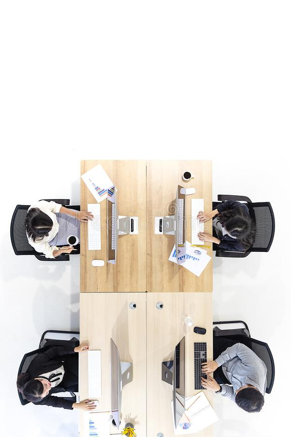 Grupp av affärsfolk som tillsammans arbetar i modernt kontor, M tak royaltyfria bilder