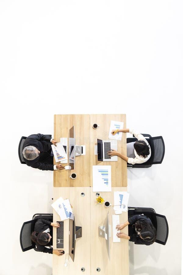 Grupp av affärsfolk som tillsammans arbetar i modernt kontor, M tak arkivfoto