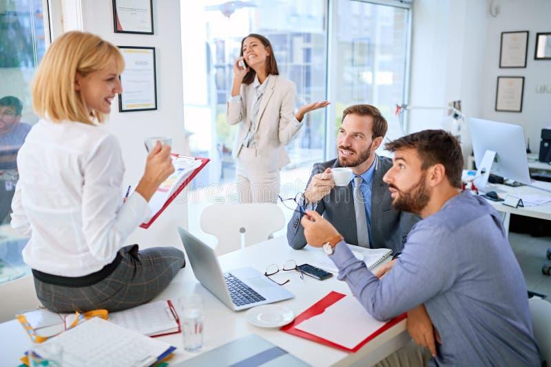 Grupp av affärsfolk som tillsammans arbetar och meddelar i idérikt kontor royaltyfri fotografi