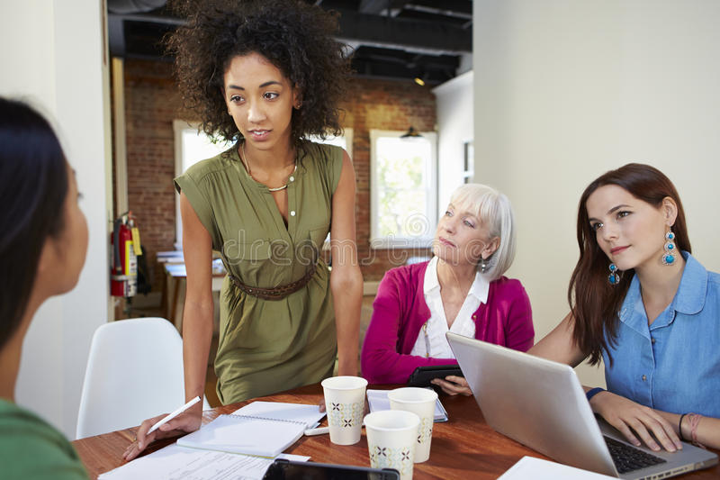 Grupp av affärskvinnor som möter för att diskutera idéer royaltyfri bild