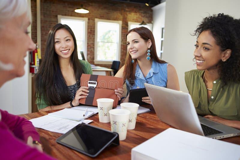 Grupp av affärskvinnor som möter för att diskutera idéer arkivfoton