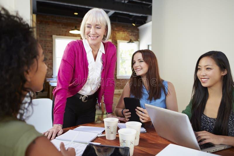 Grupp av affärskvinnor som möter för att diskutera idéer arkivfoto