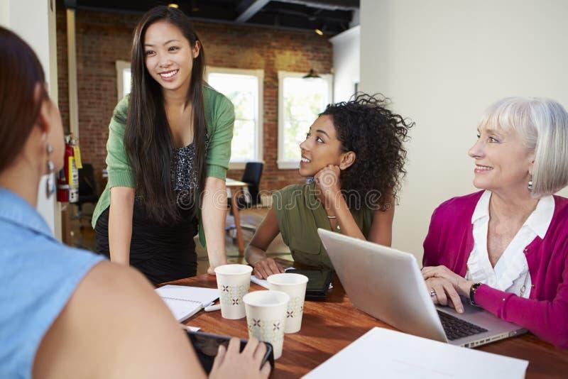 Grupp av affärskvinnor som möter för att diskutera idéer royaltyfria bilder