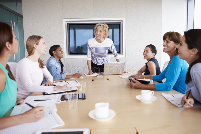 Grupp av affärskvinnor som möter runt om styrelsetabellen arkivbilder