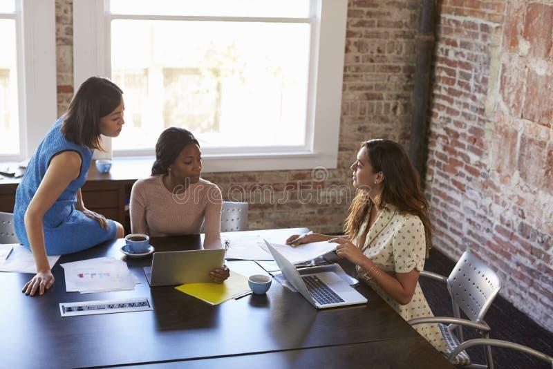 Grupp av affärskvinnor som tillsammans arbetar i styrelse royaltyfria foton