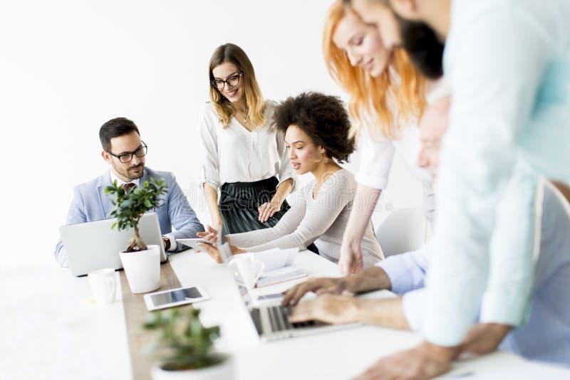 Grupp av affärsmän och affärskvinnor som tillsammans arbetar i offic royaltyfri fotografi