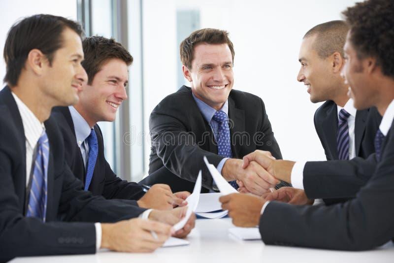 Grupp av affärsmän som har möte i regeringsställning arkivbilder