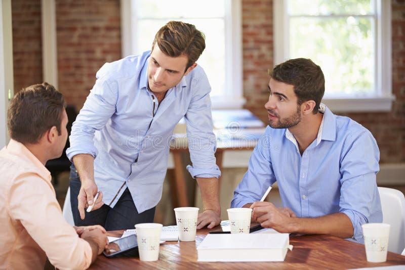 Grupp av affärsmän som möter för att diskutera idéer royaltyfri bild