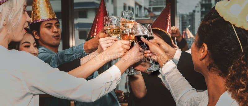Grupp av affärsmän som njuter av fest och klämmer glas champagne och vin tillsammans för att fira företagens framgång och nya royaltyfri fotografi