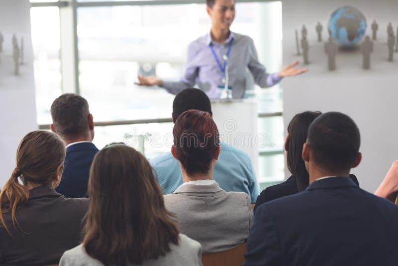Grupp av affärsprofessionell som deltar i ett seminarium royaltyfri bild