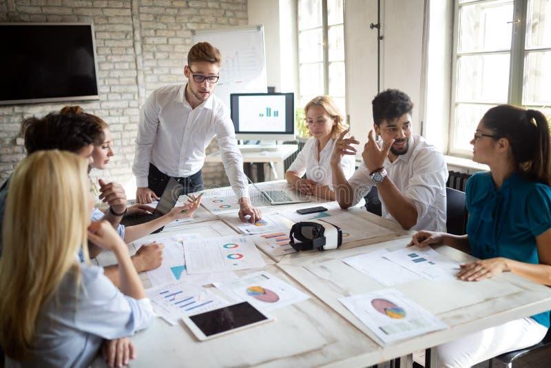 Grupp av aff?rsfolk och formgivare Dem som arbetar p? nytt projekt Startup begrepp arkivfoto