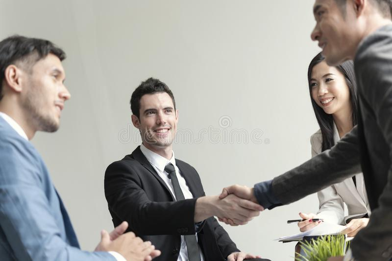 Grupp av aff?rsfolk som g?r handskakning?verenskommelse begreppspartner till aff?ren royaltyfria bilder