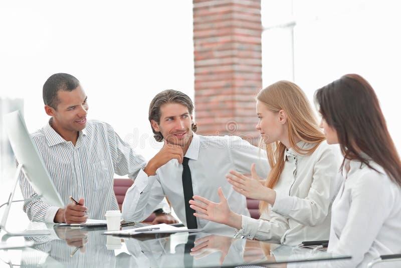 Grupp av aff?rsfolk under ett m?te i kontoret arkivbilder
