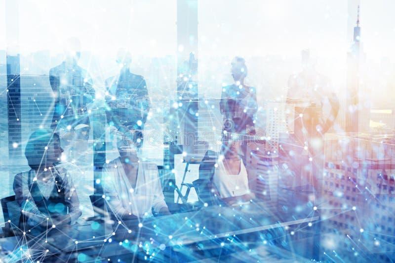 Grupp av aff?rspartnern som s?ker efter framtiden med digital effekt f?r n?tverk arkivfoto